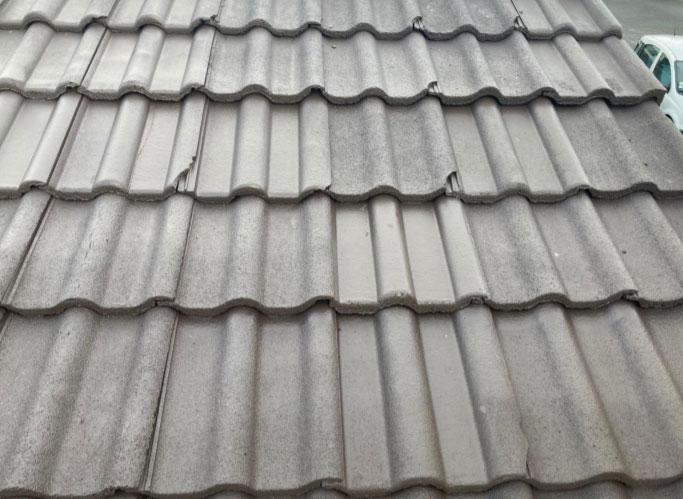 Le deuxième source d'infiltration provient d'un nombre conséquent de tuiles bétons cassées sur la couverture du garage.